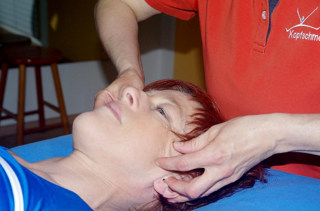 Bestimmte Punkte im Gesicht werden angeregt um weniger Kopfschmerzen zu haben.